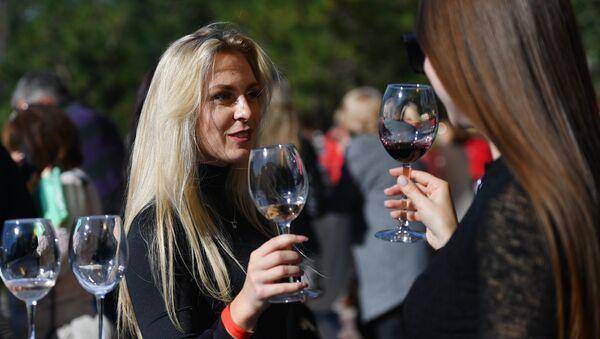 Participantes de un festival de vinos en Crimea - Sputnik Mundo