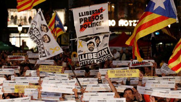 Unos manifestantes exigen la libertad de los independistas presos - Sputnik Mundo