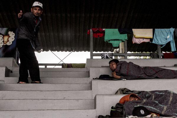Primeros integrantes del éxodo centroamericano llegan a la Ciudad de México y descansan el 4 de noviembre en el estadio Jesús Martínez - Sputnik Mundo