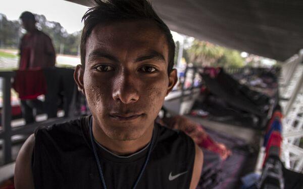 Ángel Mauricio Vázquez, originario de Honduras, uno de los primeros en llegar a la Ciudad de México posa para foto - Sputnik Mundo