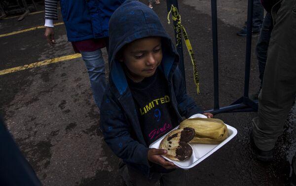 Niño del éxodo centroamericano sale con un desayuno brindado por el puente humanitario de la Ciudad de México - Sputnik Mundo