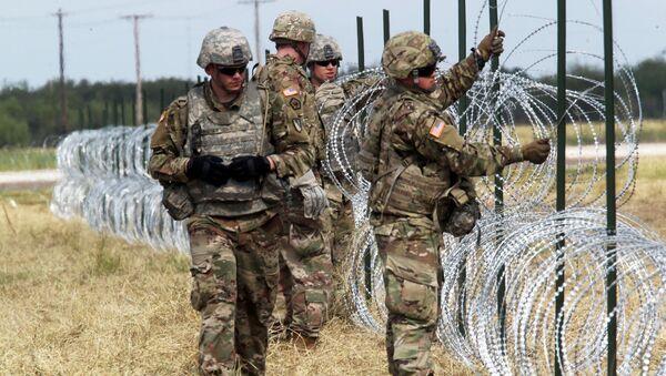 Militares de EEUU en la frontera con México - Sputnik Mundo