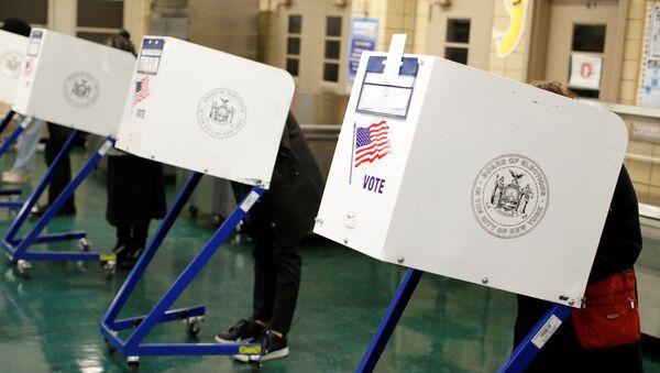 La gente vota durante las elecciones de medio término en Nueva York, EEUU - Sputnik Mundo