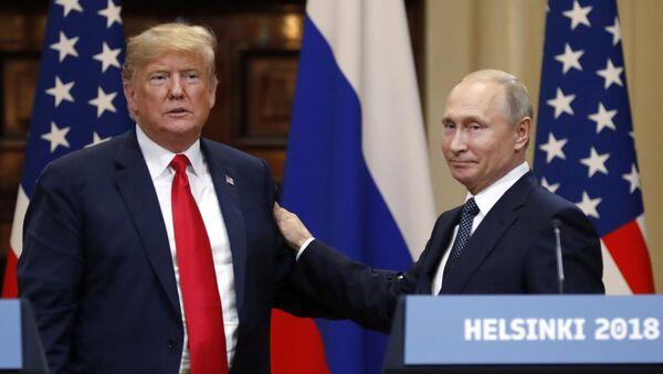 Los presidentes de EEUU, Donald Trump, y Rusia, Vladímir Putin, sostienen un encuentro el 16 de julio de 2018 en Helsinki (Finlandia) - Sputnik Mundo