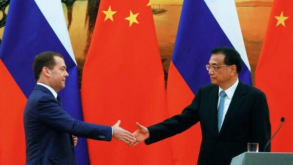 El primer ministro ruso, Dmitri Medvédev, con su homólogo chino, Li Keqiang - Sputnik Mundo