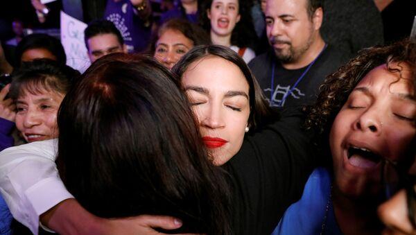 Alexandria Ocasio-Cortez, la representante electa para el Congreso de EEUU más joven en la historia, abraza a sus partidarios en un acto - Sputnik Mundo