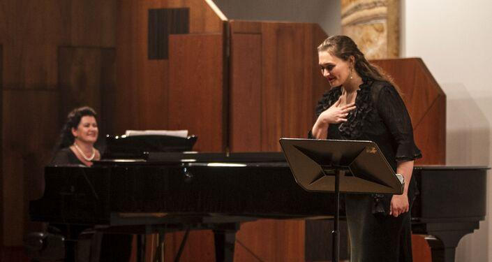 Masha Soboleva y Lyudmila Ivanovna Drobysheva-Razumovskaya durante el Concurso de Canto Olivia Gorra