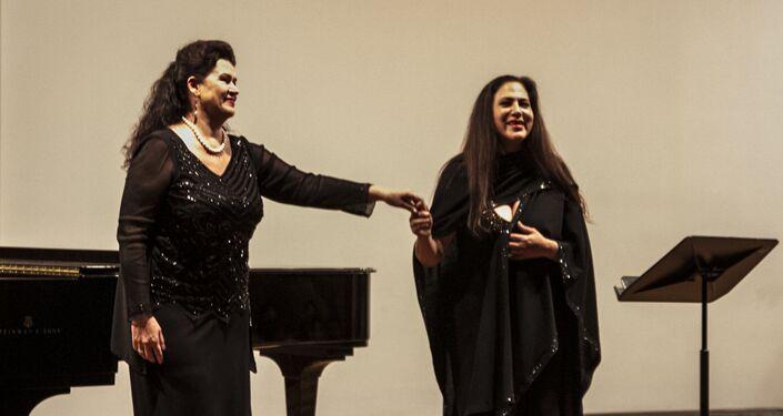 Lyudmila Ivanovna Drobysheva-Razumovskaya y Olivia Gorra al final su actuación