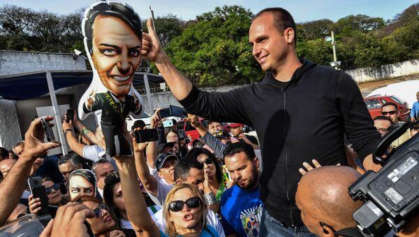 El hijo de Jair Bolsonaro, Eduardo Bolsonaro, en la campaña electoral de su padre - Sputnik Mundo