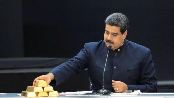 El presidente de Venezuela, Nicolás Maduro, con lingotes de oro - Sputnik Mundo