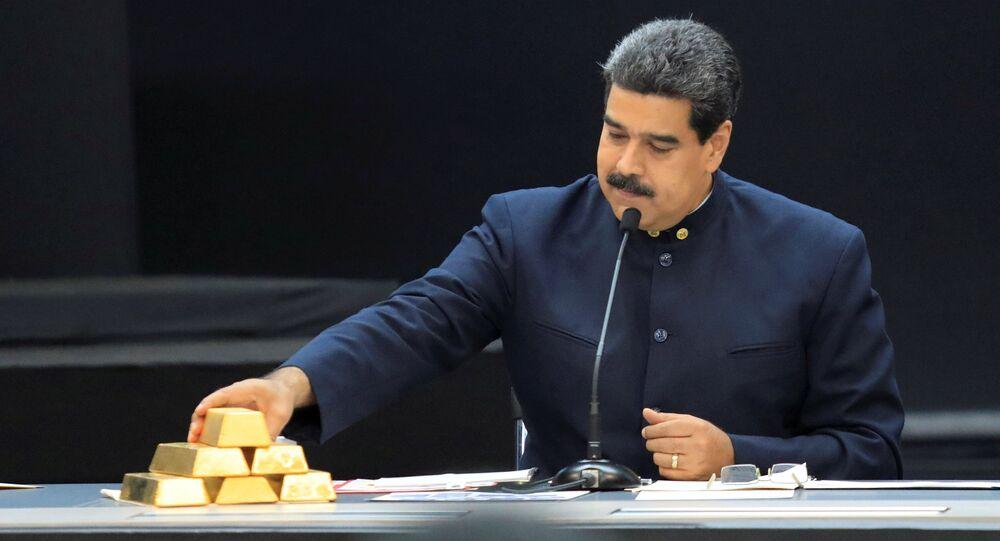 El presidente de Venezuela, Nicolás Maduro, con lingotes de oro
