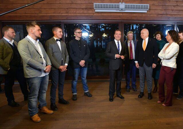 El primer ministro ruso, Dmitri Medvédev, reunido con los finalistas y los organizadores del concurso internacional de fotoperiodismo Stenin