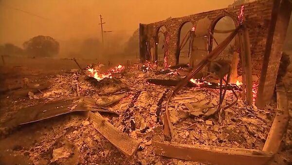 Imágenes apocalípticas de un incendio fuera de control en EEUU - Sputnik Mundo