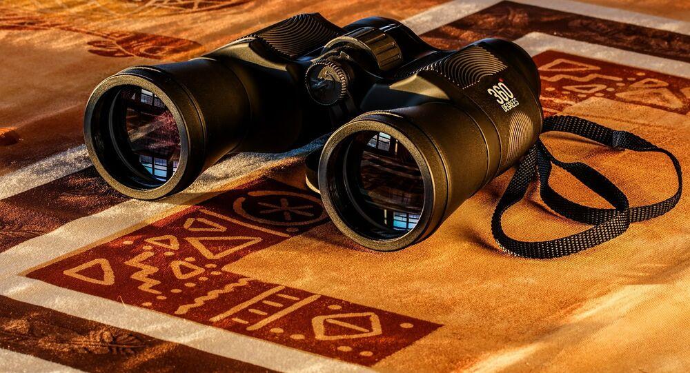 Unos binoculares (imagen referencial)