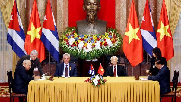El presidente cubano, Miguel Díaz-Canel,  y el presidente de Vietnam, Nguyen Phu Trong - Sputnik Mundo