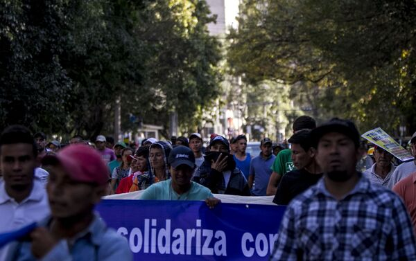 Marcha de los trabajadores internacionales llega a las oficinas del Alto comisionado de las Naciones Unidas para exigir autobuses que los trasladen a la frontera - Sputnik Mundo