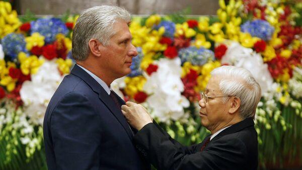 Presidente de Vietnam Nguyen Phu Trong condecora al presidente de Cuba con la orden Ho Chi Minh - Sputnik Mundo