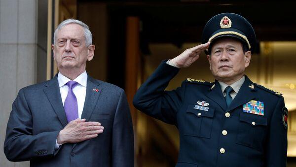 El secretario de Defensa de EEUU, James Mattis, y ministro de Defensa de China, Wei Fenghe - Sputnik Mundo