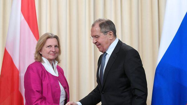 La ministra de Exteriores de Austria, Karin Kneissl, y su homólogo ruso, Serguéi Lavrov - Sputnik Mundo