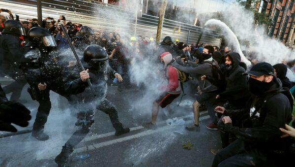 Choques entre los Mossos y los manifestantes de CDR en Barcelona, España - Sputnik Mundo