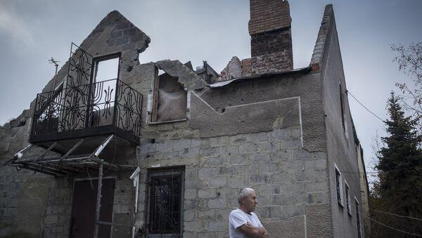 Una casa destruida en la región de Donetsk - Sputnik Mundo