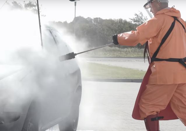 ¡No lo prueben en casa! La mejor forma de destruir tu auto con agua