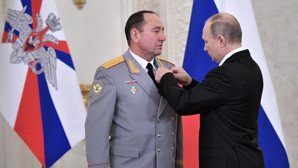 El presidente de Rusia, Vladímir Putin, otorga la medalla al mayor general Guennadi Zhidkó - Sputnik Mundo