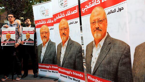 Activistas con fotos y banners del periodista saudi, Jamal Khashoggi - Sputnik Mundo