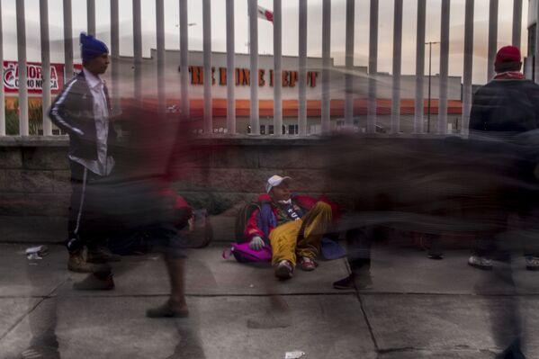Ciudad de México. Cientos de personas centroamericanas caminan del estadio El Palillo rumbo a Querétaro para descansar y seguir camino hacia EEUU - Sputnik Mundo