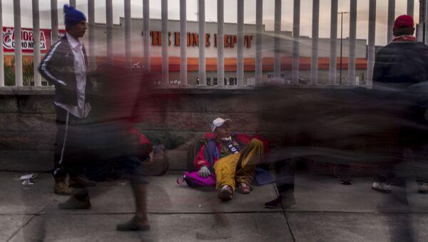 """Ciudad de México. Cientos de personas centroamericanas caminan del estadio """"El Palillo"""" rumbo a Querétaro para descansar y seguir camino hacia EEUU - Sputnik Mundo"""
