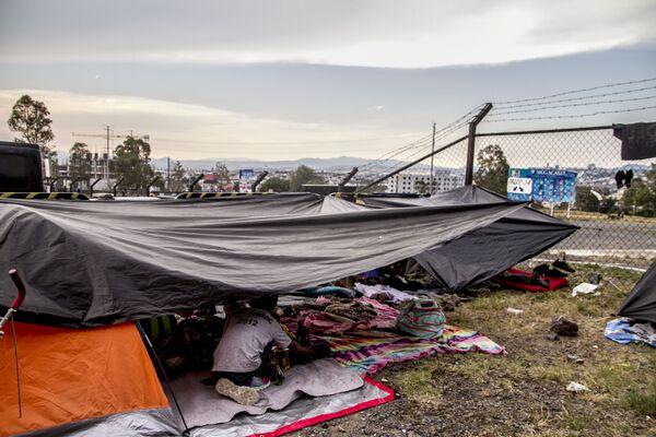 Querétaro. Centroamericanos descansan frente al estadio Corregidora y se preparan para salir rumbo a Guanajuato durante la madrugada - Sputnik Mundo