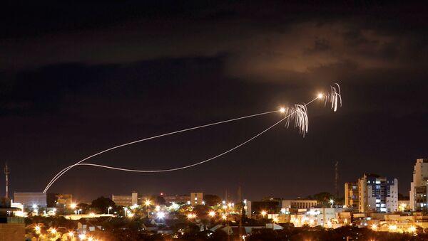 La Cúpula de Hierro intercepta misiles lanzados desde la Franja de Gaza - Sputnik Mundo