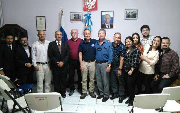 Yuri Usachov con equipo Misión Espacial Guatemala - Sputnik Mundo