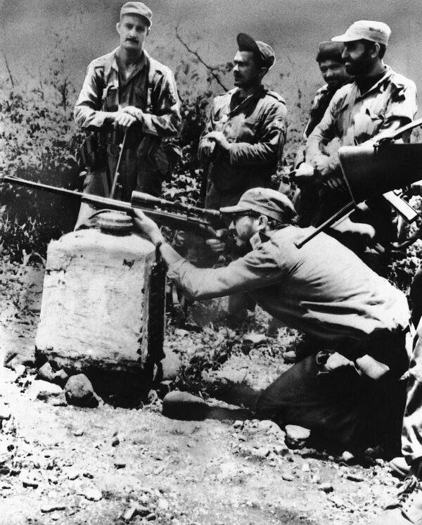 Fidel Castro en una práctica de tiro con un rifle M-1 con mira telescópica en la Sierra Maestra, en 1958 - Sputnik Mundo