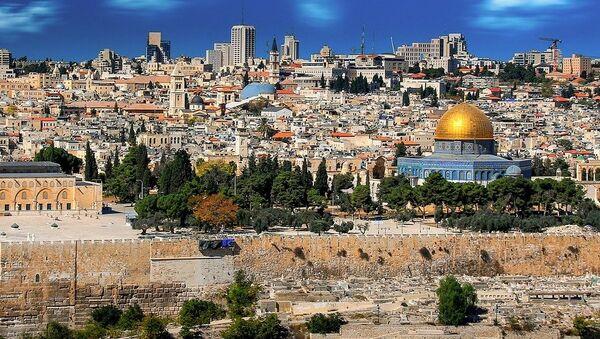 Jerusalén es considerada una ciudad sagrada para las tres principales religiones monoteístas del mundo: el judaísmo, el cristianismo y el islam. También es disputada por Palestina e Israel, que consideran la ciudad capital de sus respectivos Estados. - Sputnik Mundo