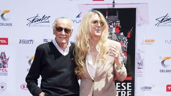 Stan Lee junto a su hija J.C., en 2017 - Sputnik Mundo