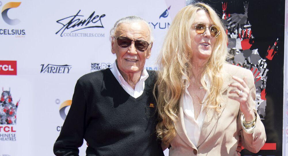 Stan Lee junto a su hija J.C., en 2017