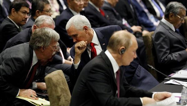 El asesor de Seguridad Nacional de la Casa Blanca, John Bolton, el vicepresidente de EEUU, Mike Pence, y el presidente de Rusia, Vladímir Putin - Sputnik Mundo