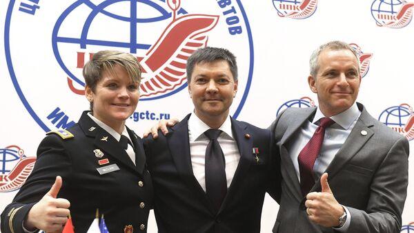 La astronauta estadounidense Anne McClain, el ruso Oleg Kononenko y el canadiense David Saint-Jacques en una rueda de prensa en el Centro de Entrenamiento de Cosmonautas, en las afueras de Moscú - Sputnik Mundo