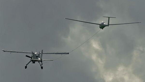 El planeador ruso AS-4 (izda.), predecesor del AC-4-115 (archivo) - Sputnik Mundo