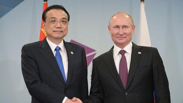 El primer ministro de China, Li Keqiang, y el presidente de Rusia, Vladímir Putin durante la reunión en Singapur - Sputnik Mundo
