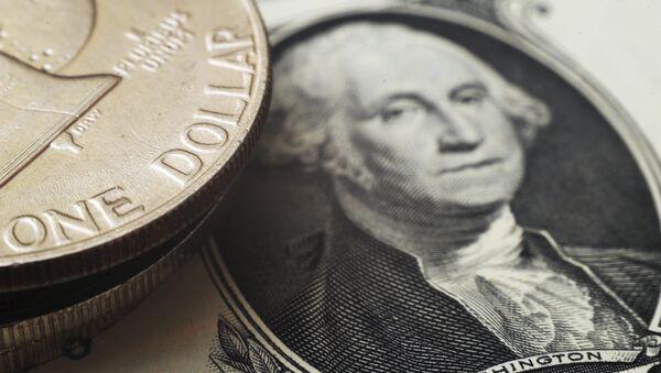 Un billete y unas monedas de dólares estadounidenses - Sputnik Mundo