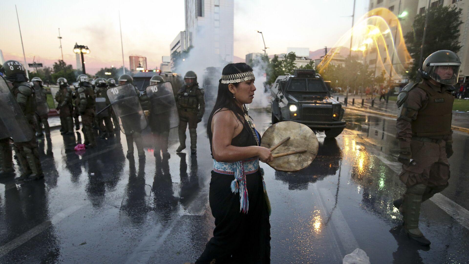 Mujer mapuche durante la manifestación del jueves 15 de noviembre, por la muerte de Camilo Catrillanca - Sputnik Mundo, 1920, 14.04.2021