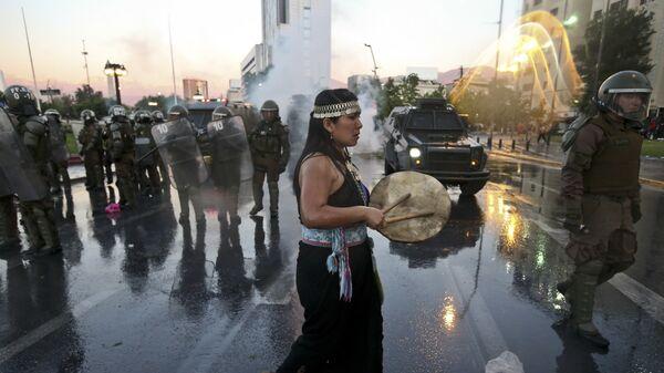 Mujer mapuche durante la manifestación del jueves 15 de noviembre, por la muerte de Camilo Catrillanca - Sputnik Mundo