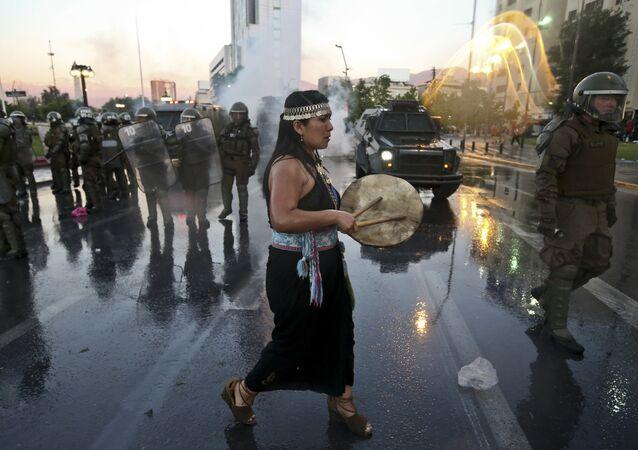 Mujer mapuche durante la manifestación del jueves 15 de noviembre, por la muerte de Camilo Catrillanca