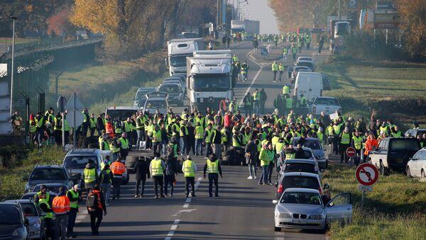 Protestas contra los precios del combustible en París - Sputnik Mundo