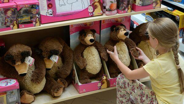 Una niña con juguetes del dibujo animado Masha y el oso en una tienda infantil - Sputnik Mundo