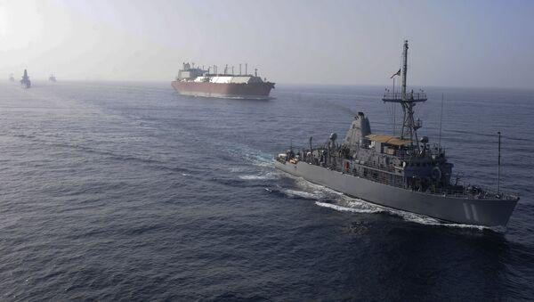 Naves estadounidenses acompañando un gran buque cisterna de gas natural (archivo) - Sputnik Mundo