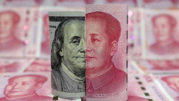 Yuanes y dólares (monedas de China y EEUU, respectivamente) - Sputnik Mundo