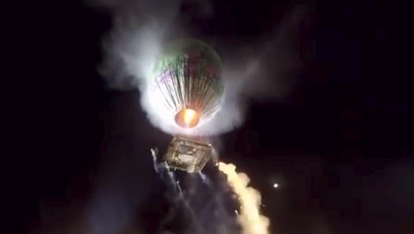Un globo aerostático cargado de fuegos artificiales explota sobre una multitud (vídeo) - Sputnik Mundo